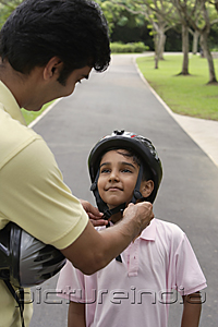 PictureIndia - A father teaches his son to ride a bike